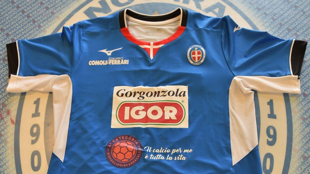 Il logo di Quarta Categoria sulle maglie del Novara